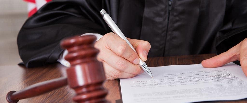 Juez firmando documentos de divorcio impugnados en Arizona